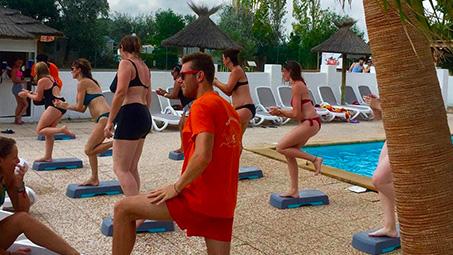 camping en camargue sport bord de piscine